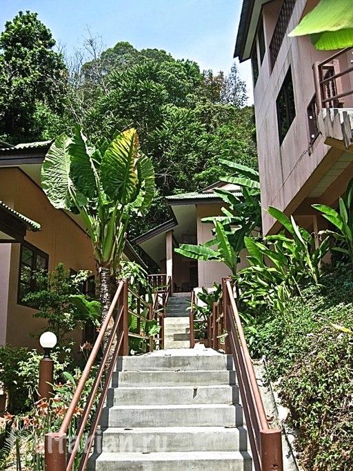 Подъём к дому (наш по центру, слева и справа соседи)