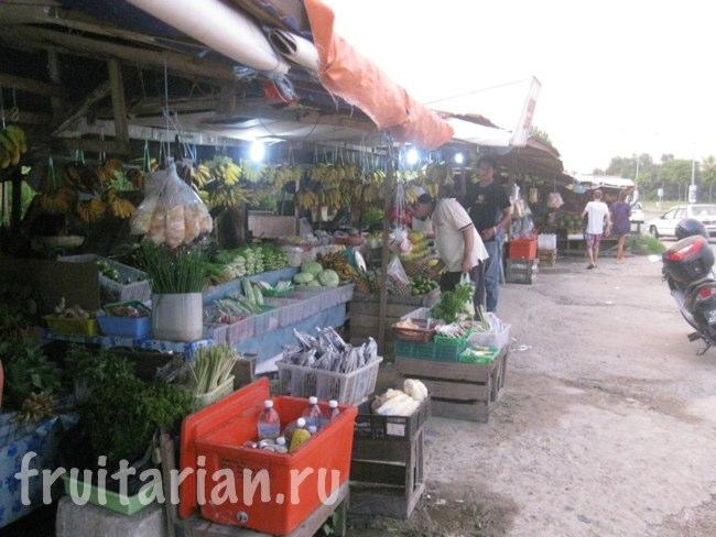 Небольшой фруктовый рынок