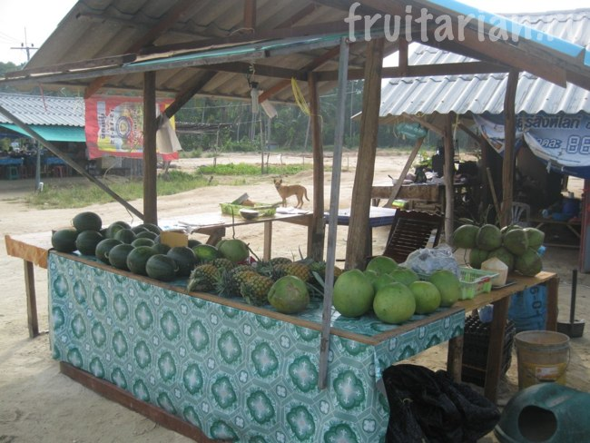 Маленький фруктовый прилавок на Пангане