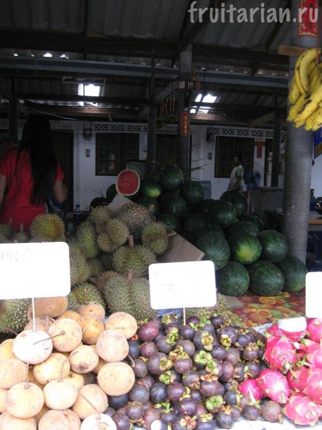 дурианы на фруктовом рынке