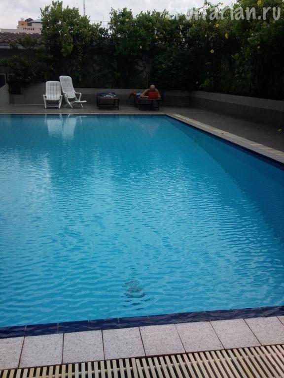 бассейн в отеле KT Guest House