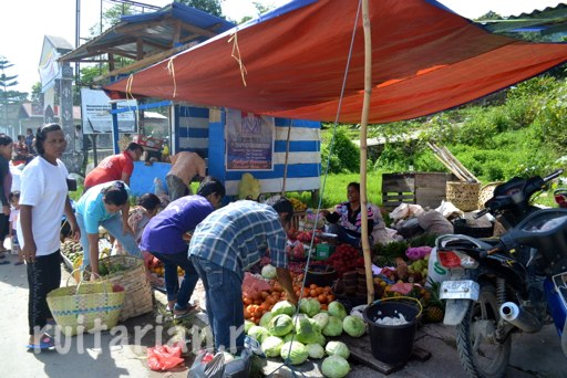 Tomok-fruit-market-saturday-Toba-4