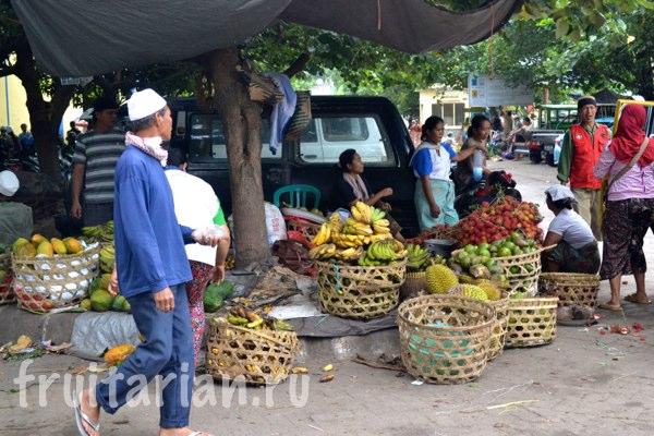Pasar-Kebon-Roek-Ampenan-fruit-market-lombok-02