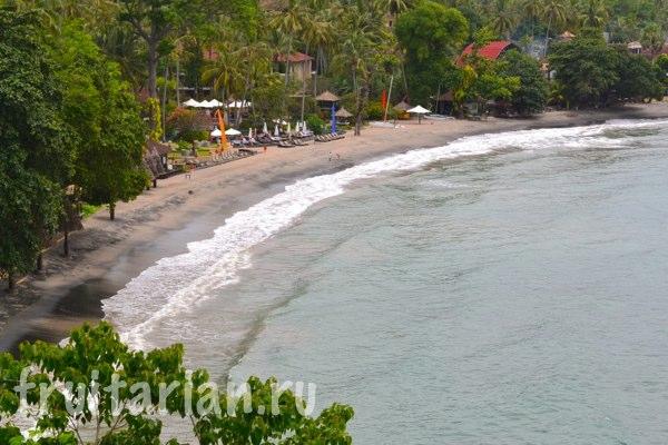 Пляж с черным вулканическим песком на Бали Пляжи Бали